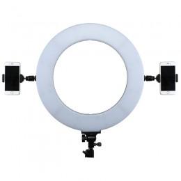 Ringlight med 2 telefoner monterade på var sin sida om lampan.